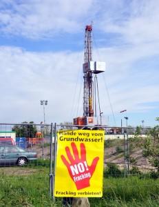 No-Fracking-Plakat vor Bohrturm